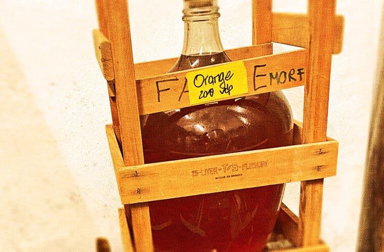 Foto von Orange Wein Flasche in Kiste